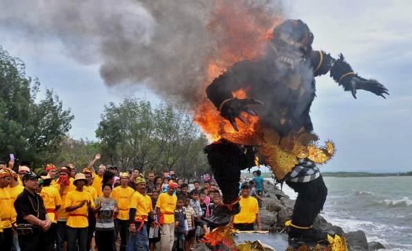 Bakar Patung Ogoh-ogoh Simbol Angkara Murka