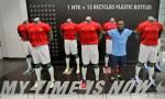 Pesepakbola Nasional Indonesia Oktovianus Maniani mengenakan kostum latih tanding baru yang diluncurkan di Stadion Utama Gelora Bung Karno, Senayan Jakarta, Senin (12/11).