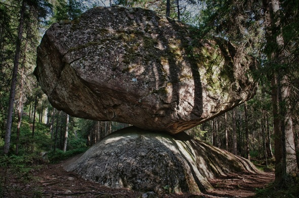 Batu Kummakivi  dari Finlandia