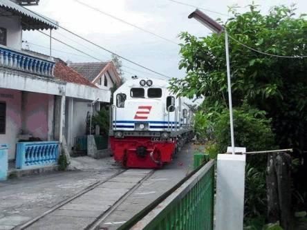 kereta api melintasi jalan1. jejaki